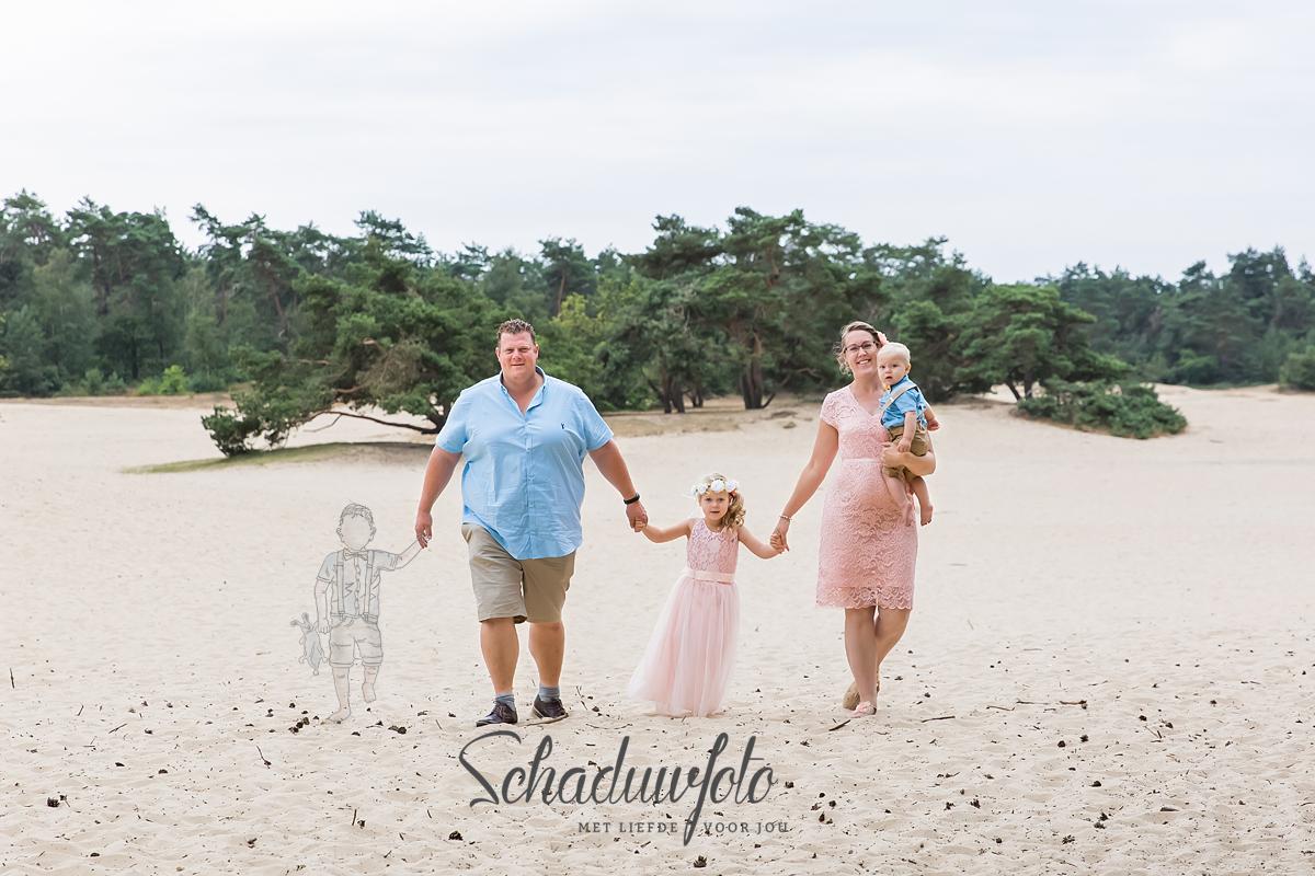 schaduwfoto in samenwerking met Das knuss Fotografie Schaduwfotografie hand in hand met papa en mama overleden zoontje schaduwzoon schaduwschets schaduwfotografie